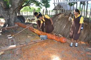 3.-School-children-admiring-Ozzies-totem-pole-300x200